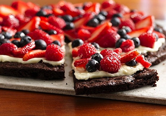 Brownies%20and%20berries%20dessert%20pizza